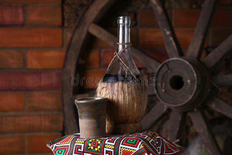 Botella tradicional de vino foto de archivo libre de regalías