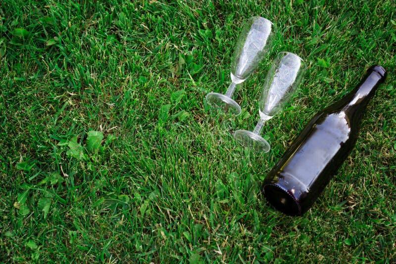 Botella vacía de vino y de vidrios fotos de archivo