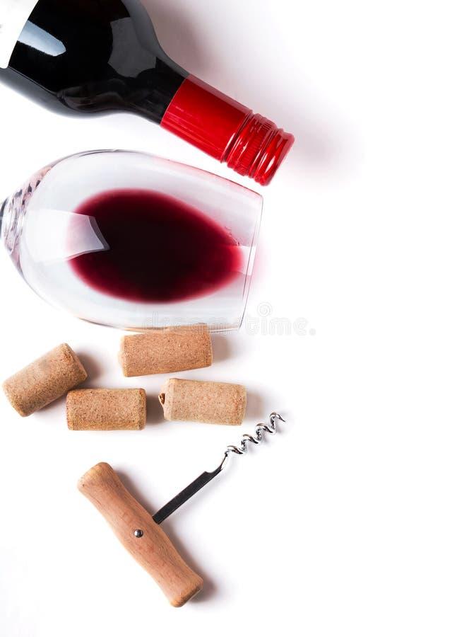 Botella, vidrio con el vino rojo, corchos y sacacorchos fotos de archivo libres de regalías