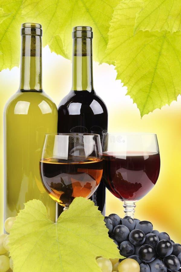 Botella, vidrio y uvas de vino imagenes de archivo