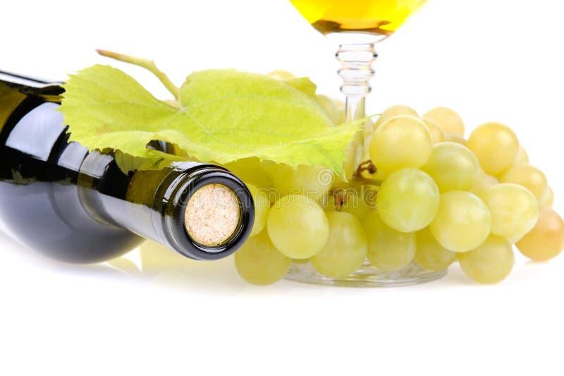 Botella, vidrio y uvas de vino imágenes de archivo libres de regalías