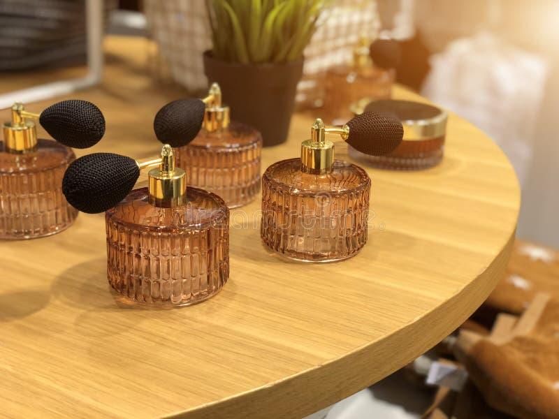 Botella y atomizador de cristal decorativos de perfume que remolinan con el bulbo fotografía de archivo