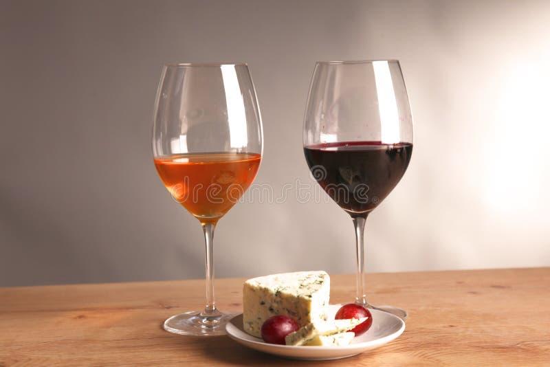 Botella y copa de vino de vino en una tabla de cristal foto de archivo