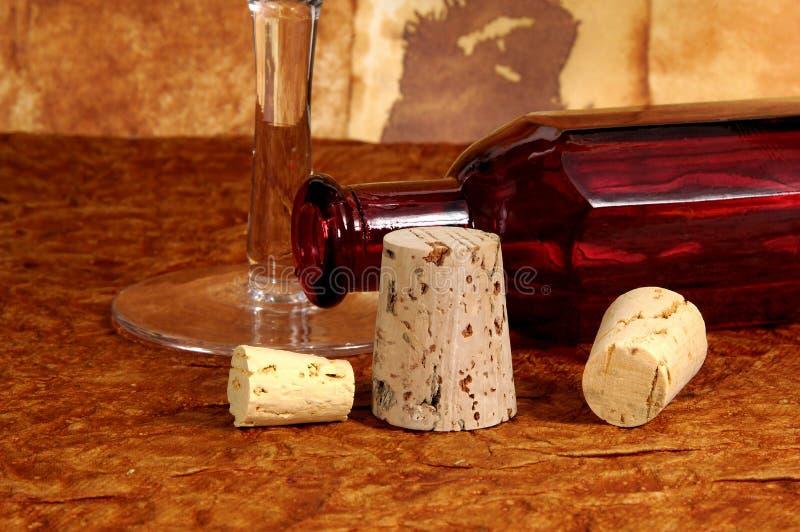 Botella y corchos fotos de archivo libres de regalías