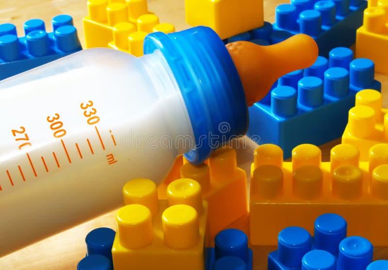 Botella y juguetes de bebé fotos de archivo libres de regalías