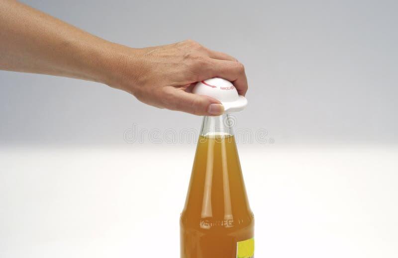 Botella y mano imagenes de archivo