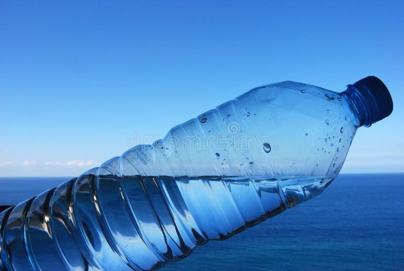 Botella y océano fotos de archivo libres de regalías