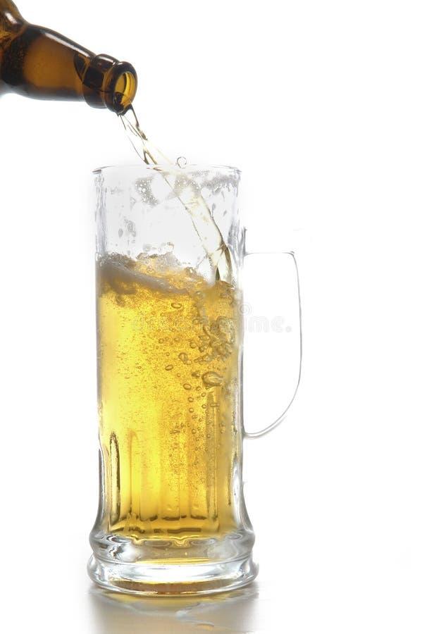 Botella y taza de cerveza imagenes de archivo