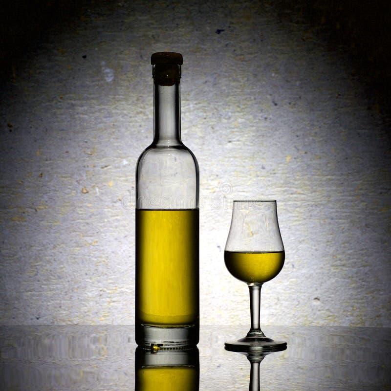 Botella y vidrio de Calvados imagen de archivo