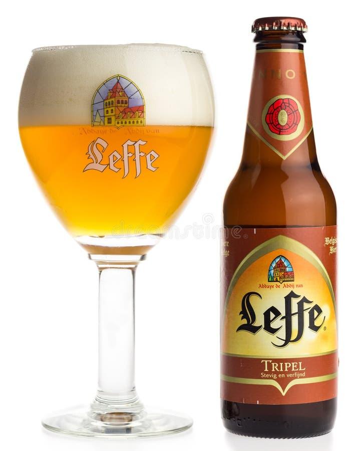Botella y vidrio de cerveza de Leffe Tripel del belga fotos de archivo libres de regalías