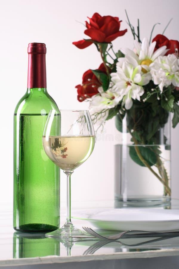 Botella y vidrio de vino en el fondo blanco fotos de archivo libres de regalías