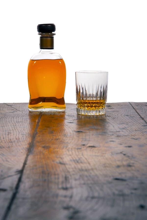 Botella y vidrio de whisky fotografía de archivo