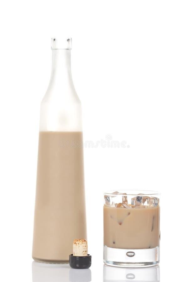 Botella y vidrio poner crema del whisky imágenes de archivo libres de regalías