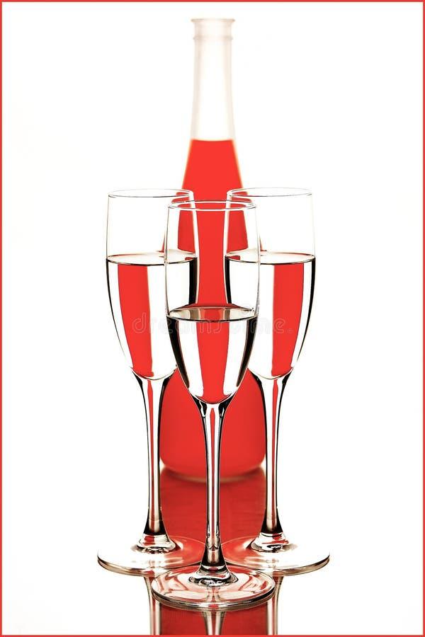 Botella y vidrios imagen de archivo