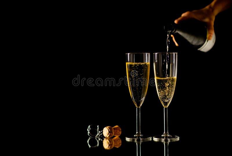 Botella y vidrios de Champán que tuestan para la celebración romántica del Año Nuevo y los momentos especiales foto de archivo