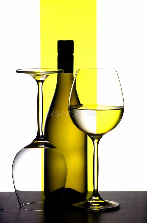 Botella y vidrios de vino imágenes de archivo libres de regalías