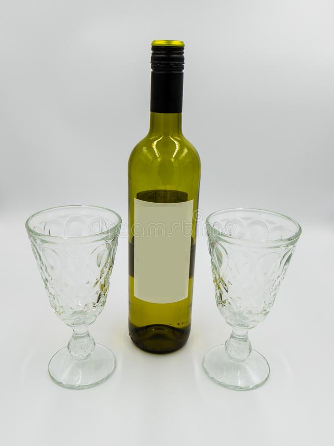 Botella y vidrios de vino con la etiqueta vacía para el diseño del uno mismo foto de archivo libre de regalías