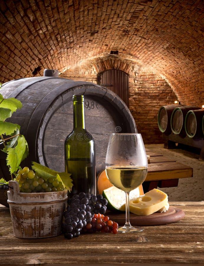 Botella y vidrios de vino en la tabla de madera imagenes de archivo