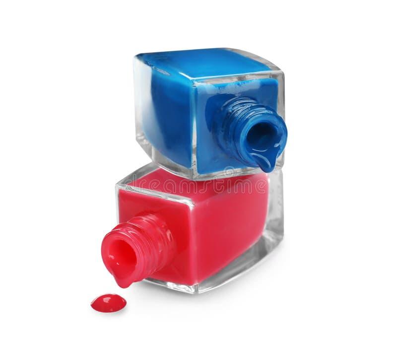 Botellas abiertas de esmaltes de uñas en el fondo blanco imagen de archivo libre de regalías