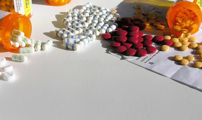 Botellas abiertas de medicación imagenes de archivo