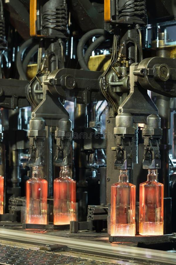 Botellas acanaladas laminadas en caliente en el transportador imagenes de archivo