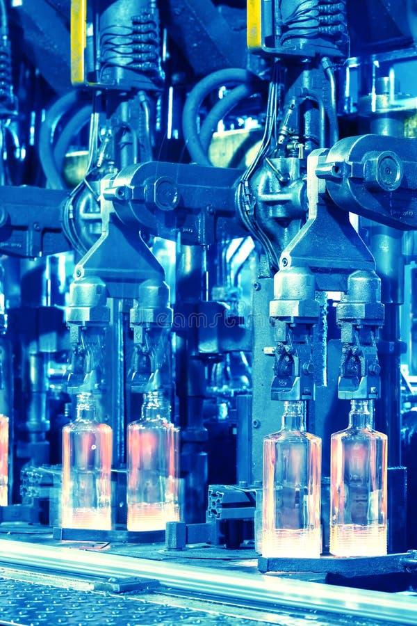 Botellas acanaladas laminadas en caliente en transportador foto de archivo libre de regalías