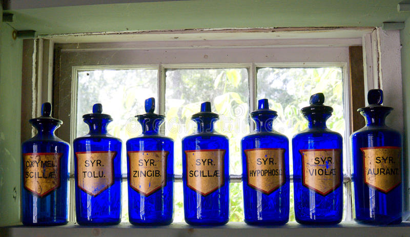 Botellas azules antiguas del boticario imagen de archivo