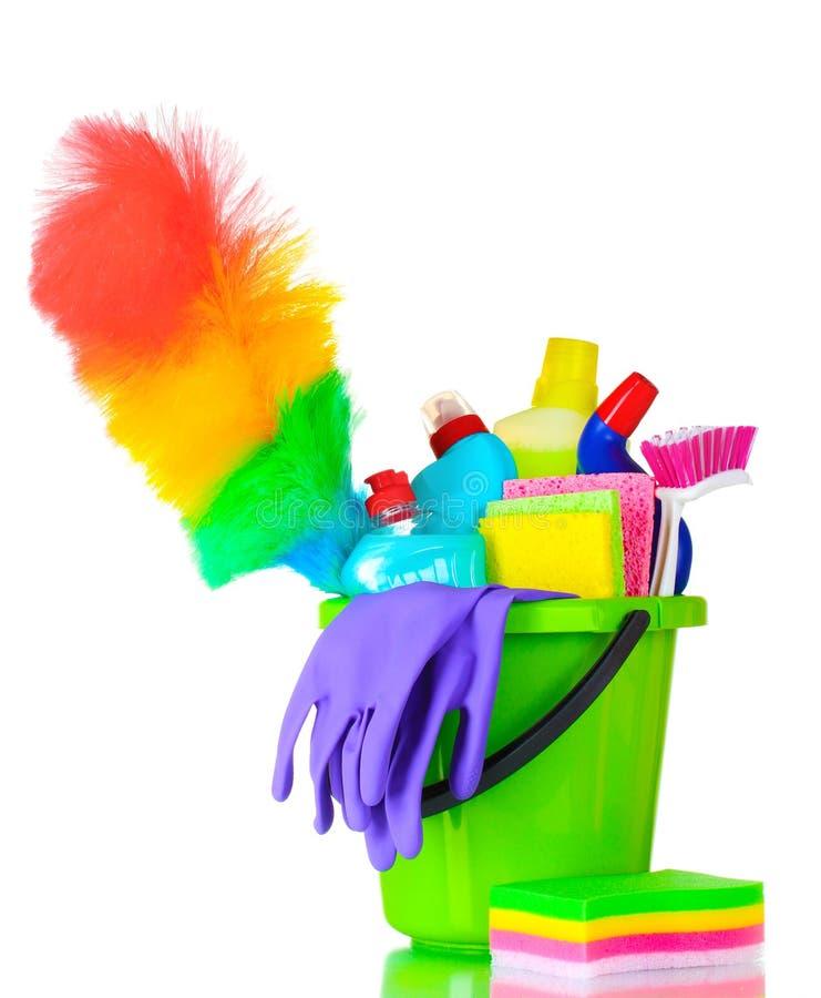 Botellas, cepillo, guantes y esponjas detergentes imagenes de archivo