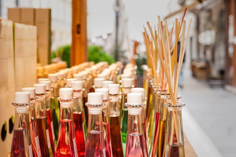Botellas coloreadas de fragancias con los palillos para la fragancia de la casa foto de archivo libre de regalías