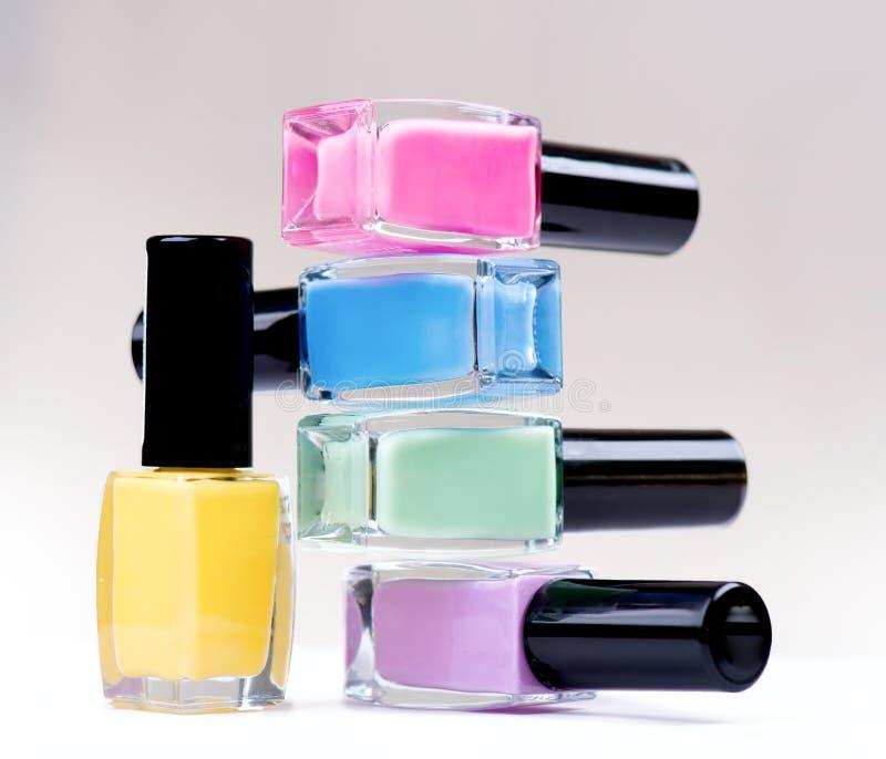 Botellas coloridas del esmalte de uñas foto de archivo
