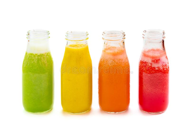 Botellas coloridas del jugo del smoothie en el fondo blanco fotografía de archivo libre de regalías