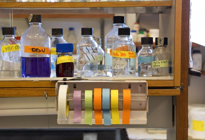 Botellas coloridas del laboratorio médico de la biología foto de archivo