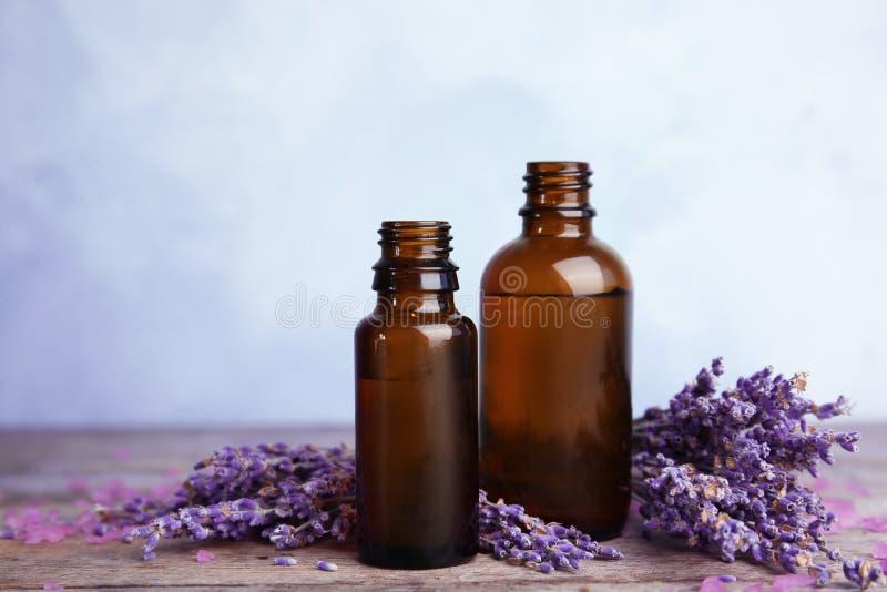 Botellas con aceite de lavanda aromático imágenes de archivo libres de regalías