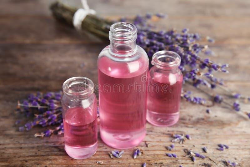 Botellas con aceite de lavanda aromático imagen de archivo