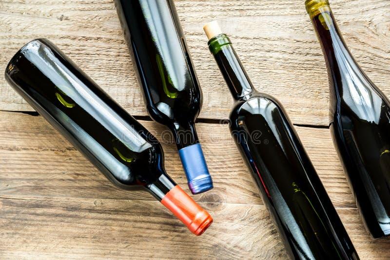 Botellas con el vino rojo imagen de archivo libre de regalías