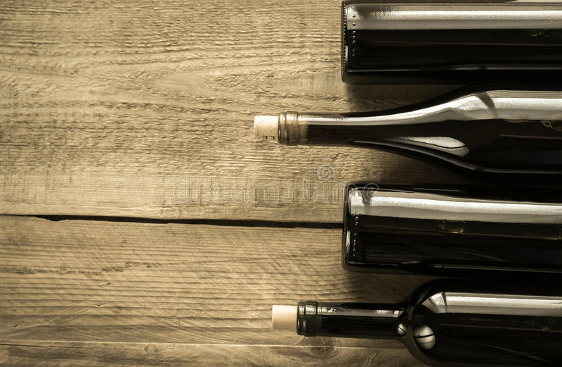 Botellas con el vino rojo fotos de archivo libres de regalías