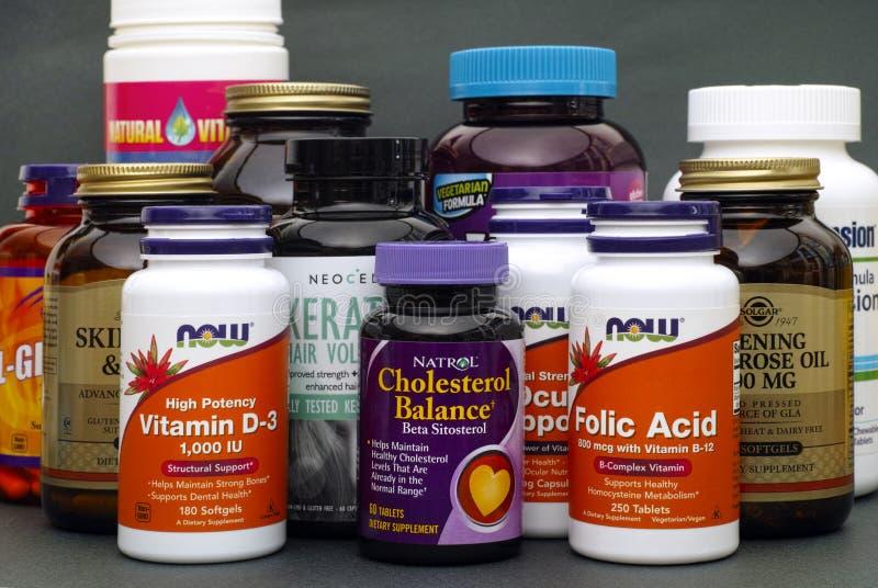 Botellas con las vitaminas y el suplemento dietético fotos de archivo