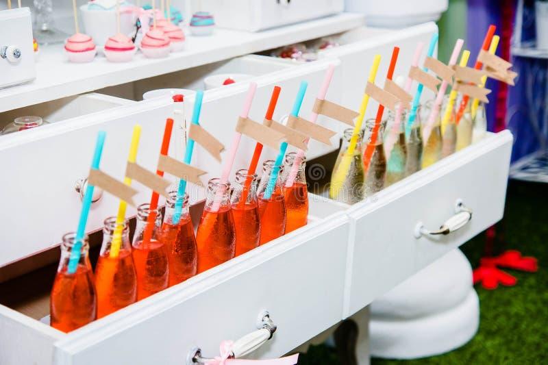 Botellas con limonada y etiquetas vacías en línea imágenes de archivo libres de regalías