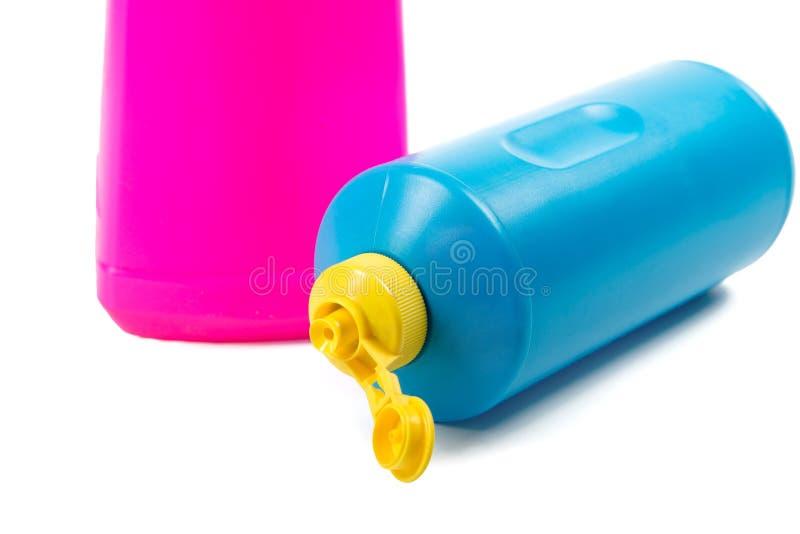 Botellas con los detergentes aislados en blanco fotos de archivo libres de regalías