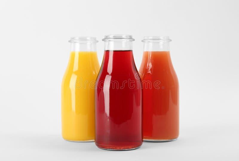 Botellas con los jugos coloridos deliciosos fotos de archivo libres de regalías