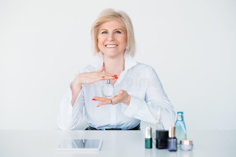 Botellas costosas de la fragancia del perfume de la mujer mayor imagen de archivo libre de regalías