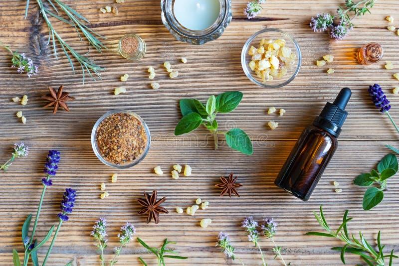 Botellas de aceite esencial con el incienso, orégano, lavanda foto de archivo libre de regalías