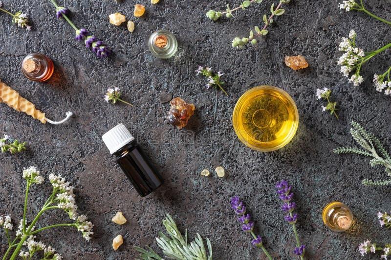 Botellas de aceite esencial con el incienso, valeriana, lavanda imagen de archivo libre de regalías