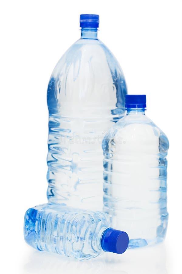 Botellas de agua aisladas en el fondo blanco imágenes de archivo libres de regalías