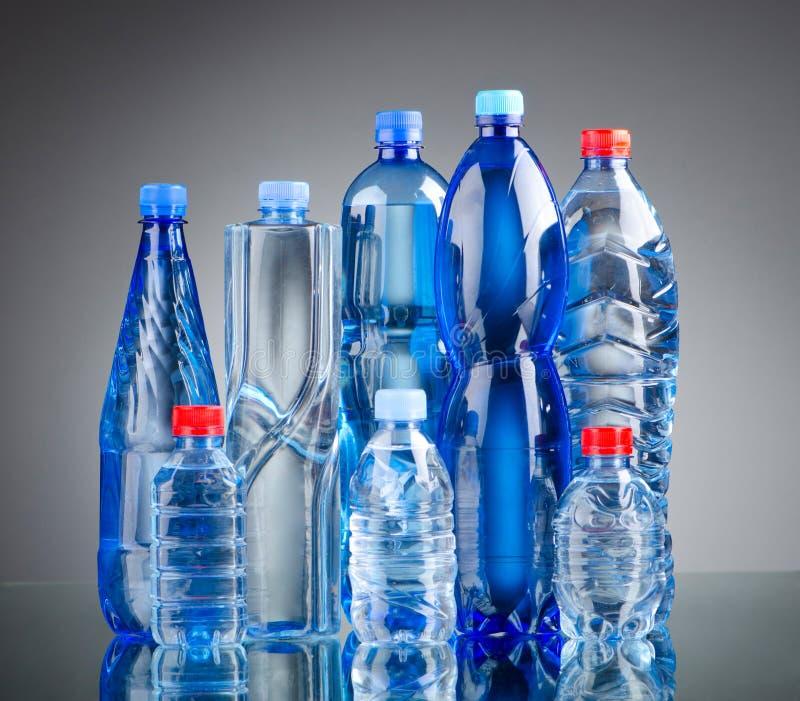 Botellas de agua - concepto sano de la bebida fotografía de archivo