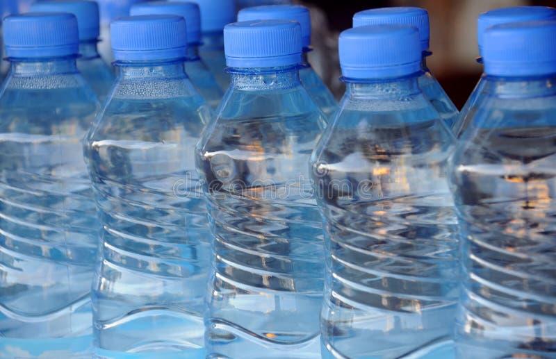 Botellas de agua del mineral del primer imagen de archivo