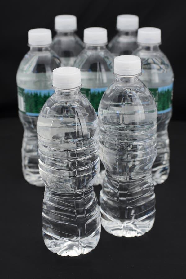 Botellas de agua plásticas imagenes de archivo