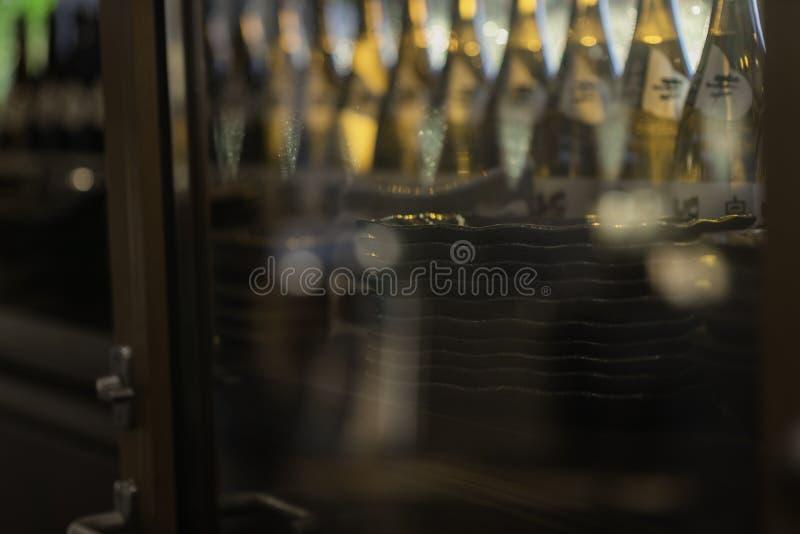 Botellas de bebidas espirituosas y licor en la barra fotografía de archivo