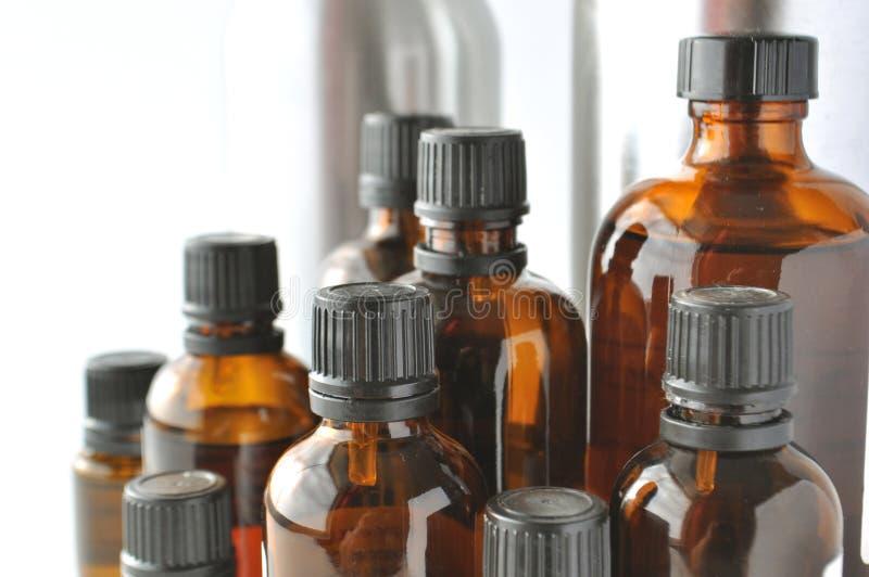 Botellas de Brownglass para las lociones cosméticas, sueros, aceites foto de archivo libre de regalías