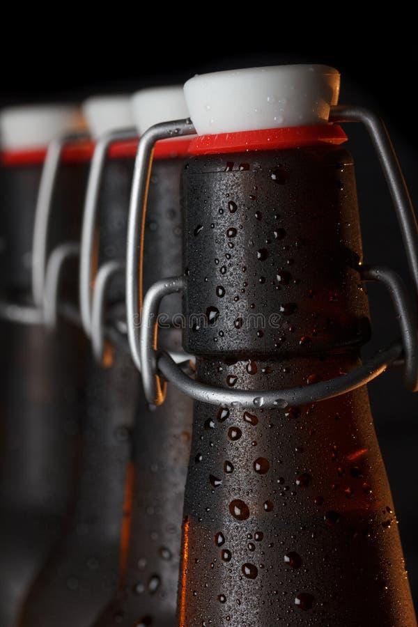 Botellas de cerveza con el top del oscilación del vintage fotos de archivo